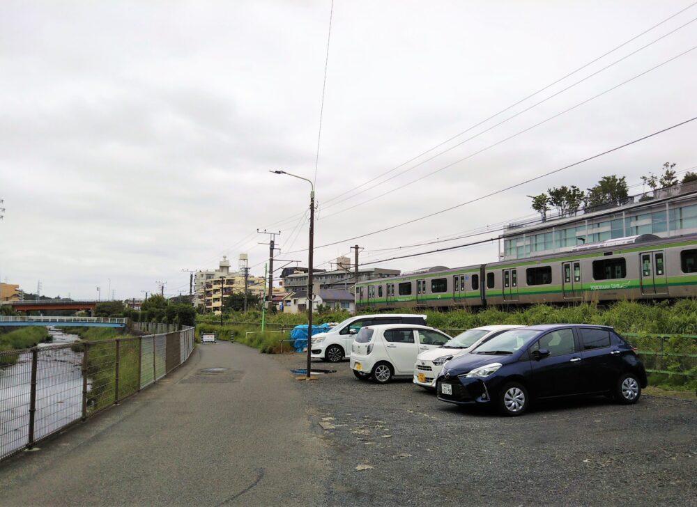 境川ゆっくりロードから見えるJR横浜線の電車
