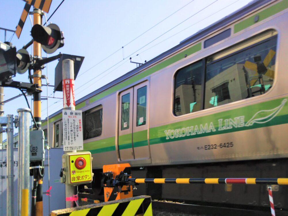 町田市役所付近で見える横浜線の電車