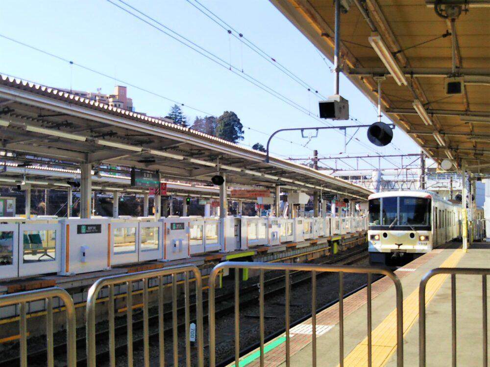 長津田駅の田園都市線とこどもの国線ホーム