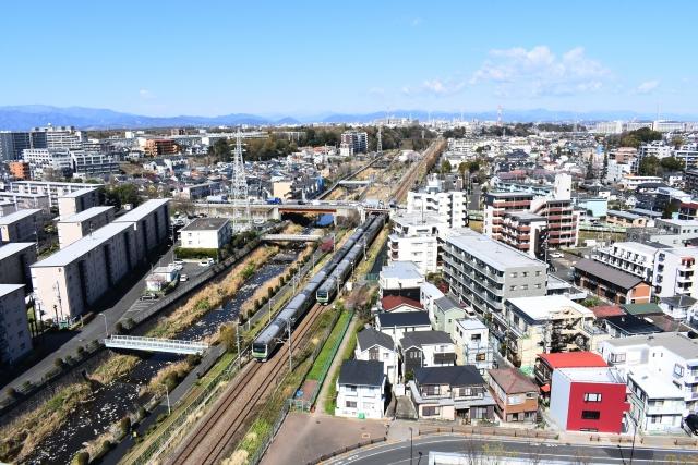 境川沿いを走るJR横浜線の電車