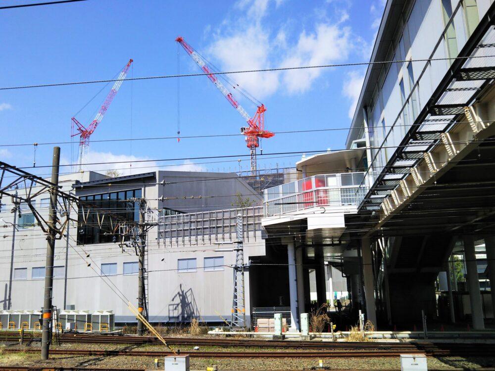 小田急線海老名駅ホームから見えるロマンスカーミュージアムと自由通路