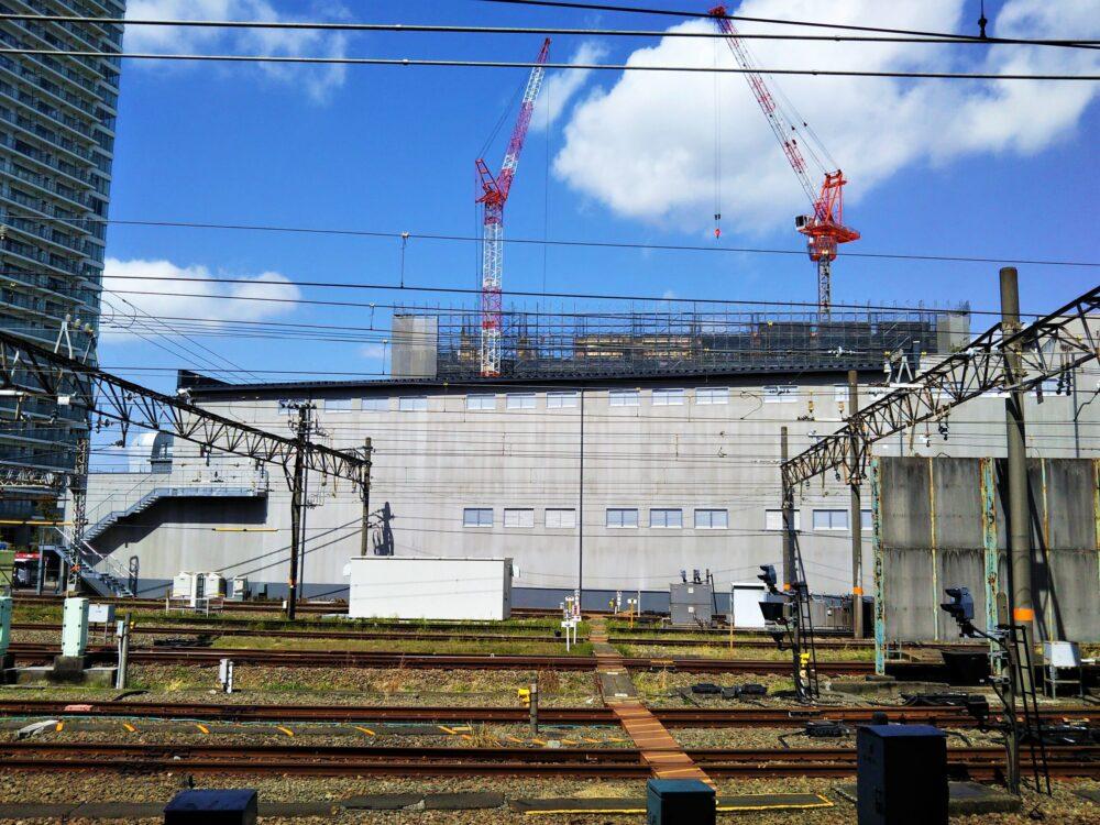 小田急線海老名駅ホームから見えるロマンスカーミュージアム