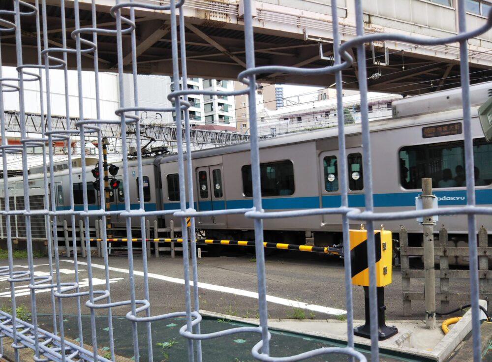 相模大野駅にある車両基地前の線路沿い広場で、フェンス内にある踏切