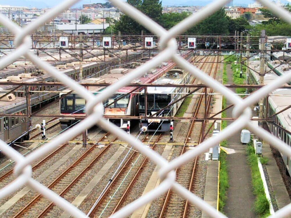 東急線の長津田検車区に架かる歩道橋から見えるうし電車