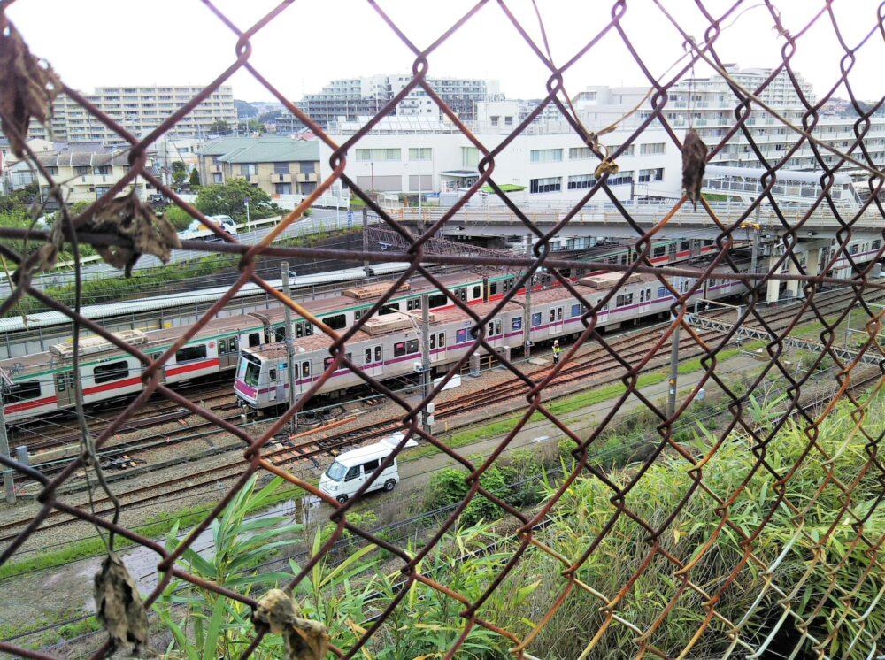 東急線の電車を見下ろせるスポット(長津田駅方面の景色)