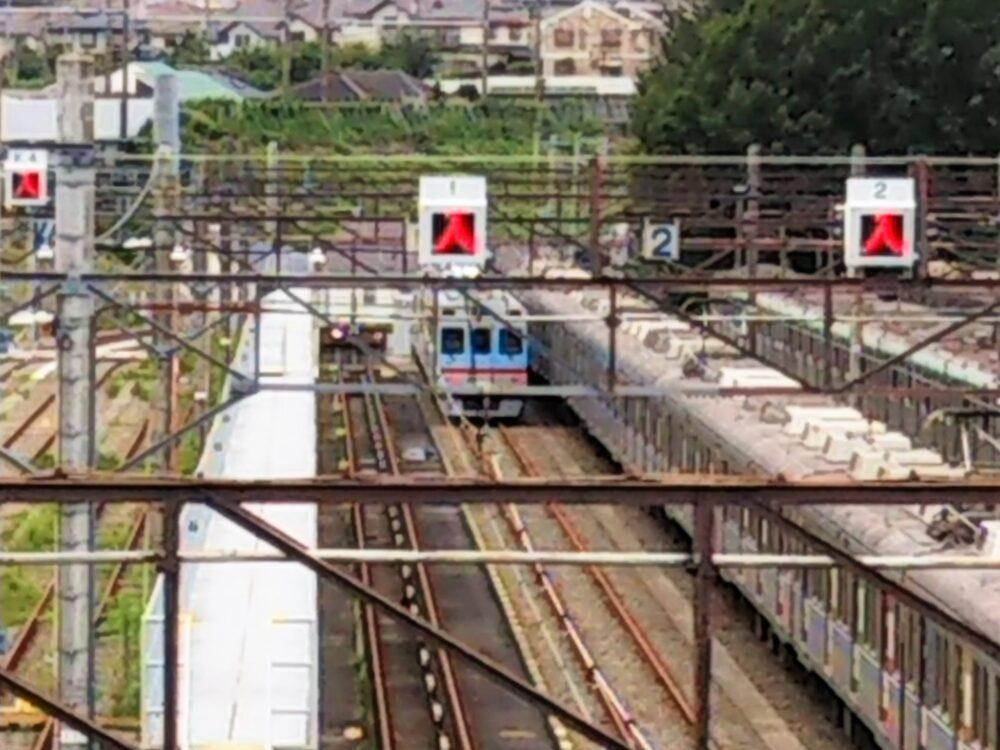 東急線の長津田検車区に架かる歩道橋から見える総合検測車
