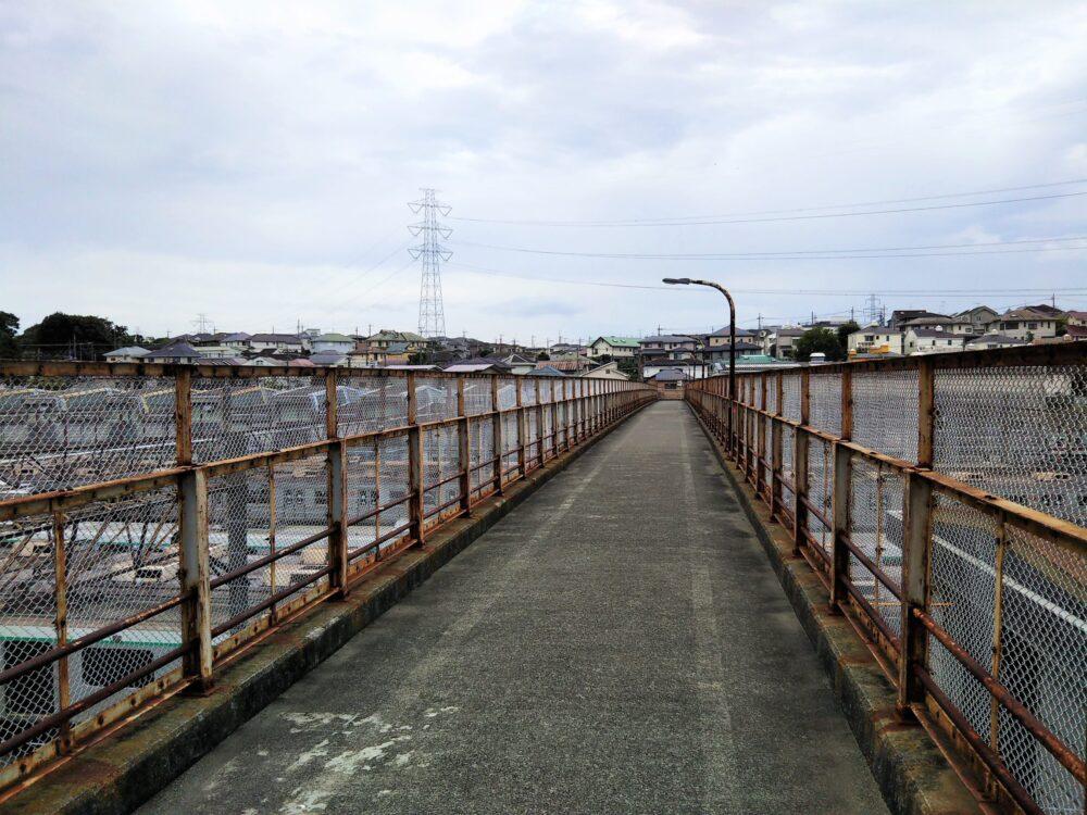 東急線の長津田検車区に架かる歩道橋(跨線橋)