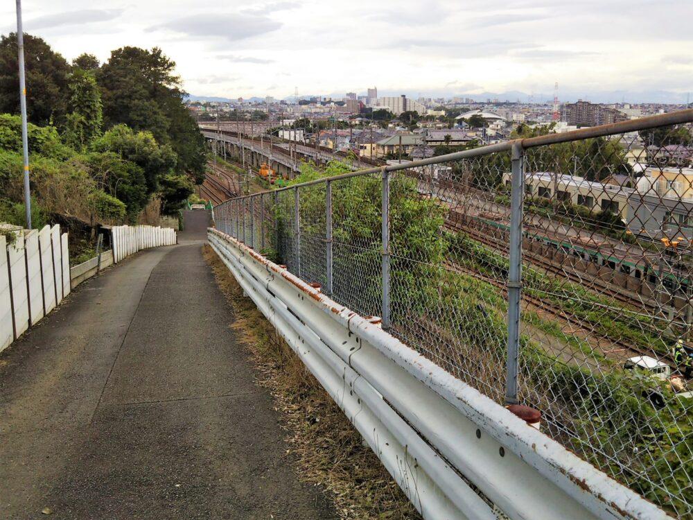 長津田架道橋へ続く下り坂