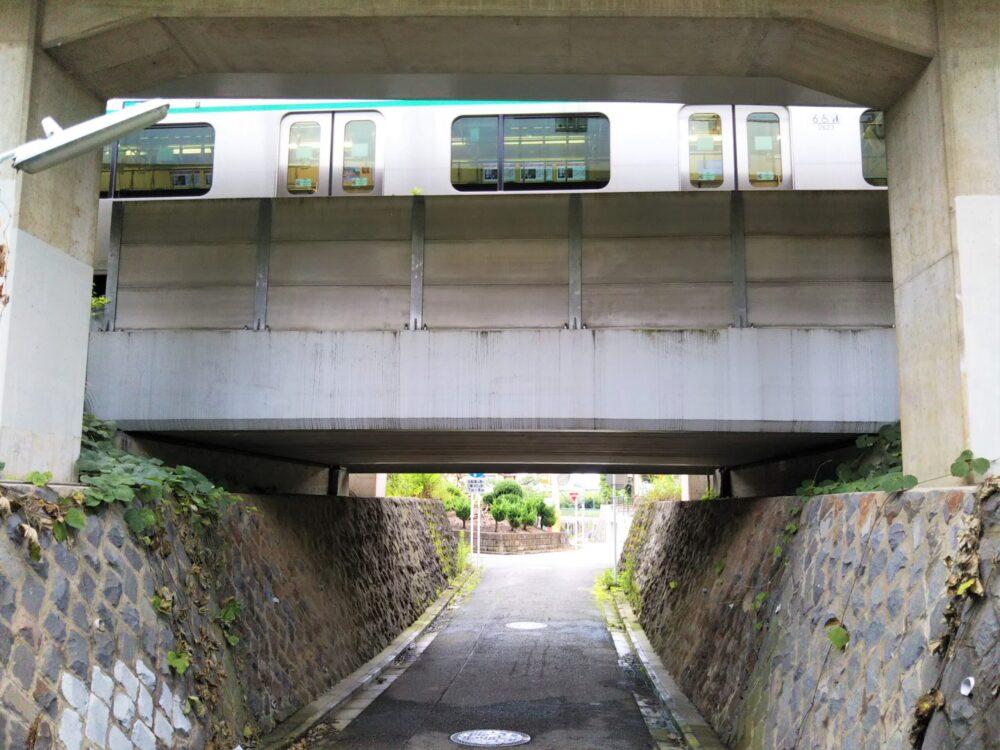 長津田架道橋を走る東急線の電車