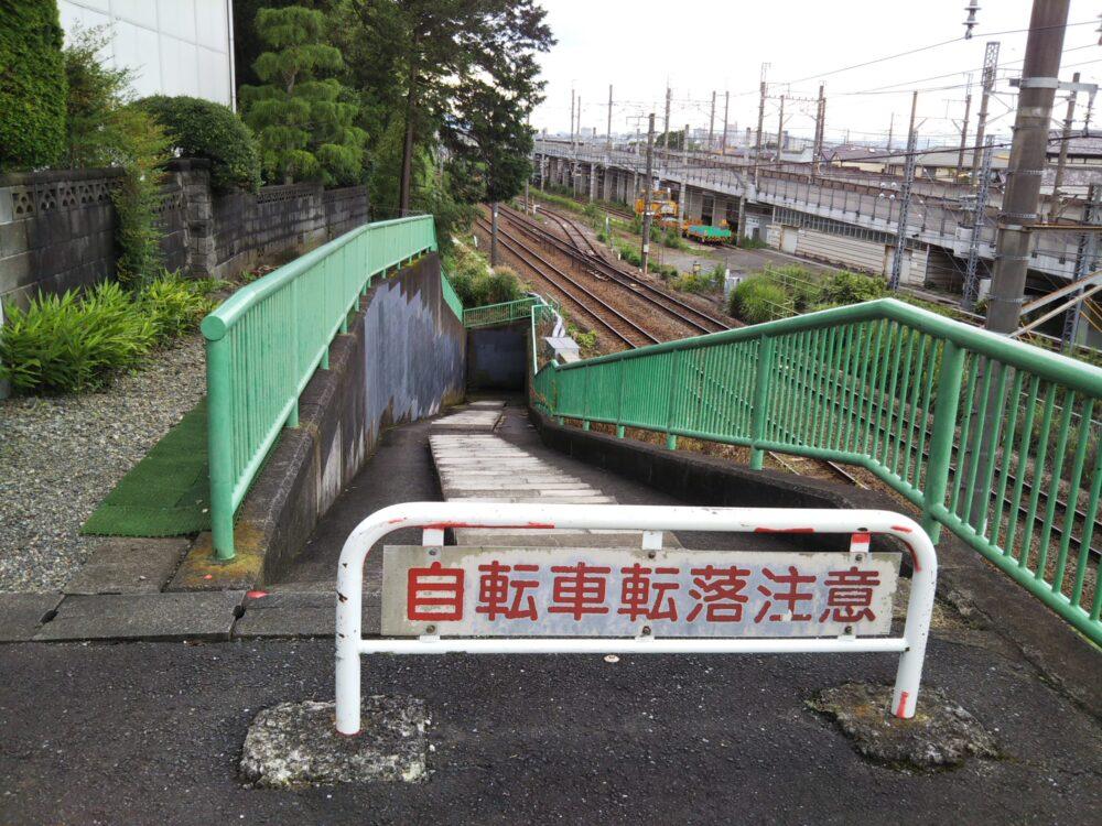 東急線の長津田検車区へ続く下りの階段
