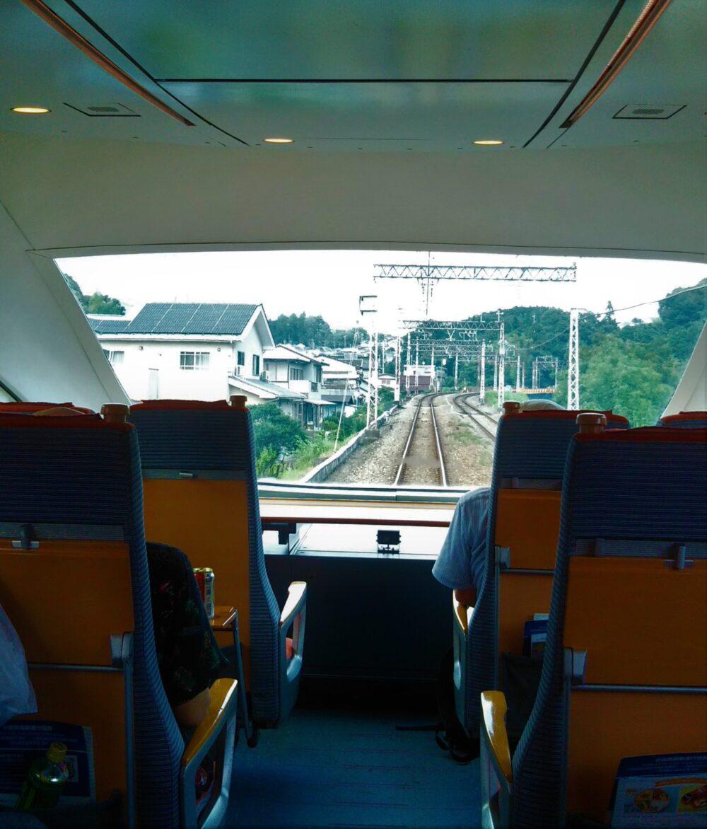 ロマンスカーVSEの展望席4列目の通路側座席から見える景色