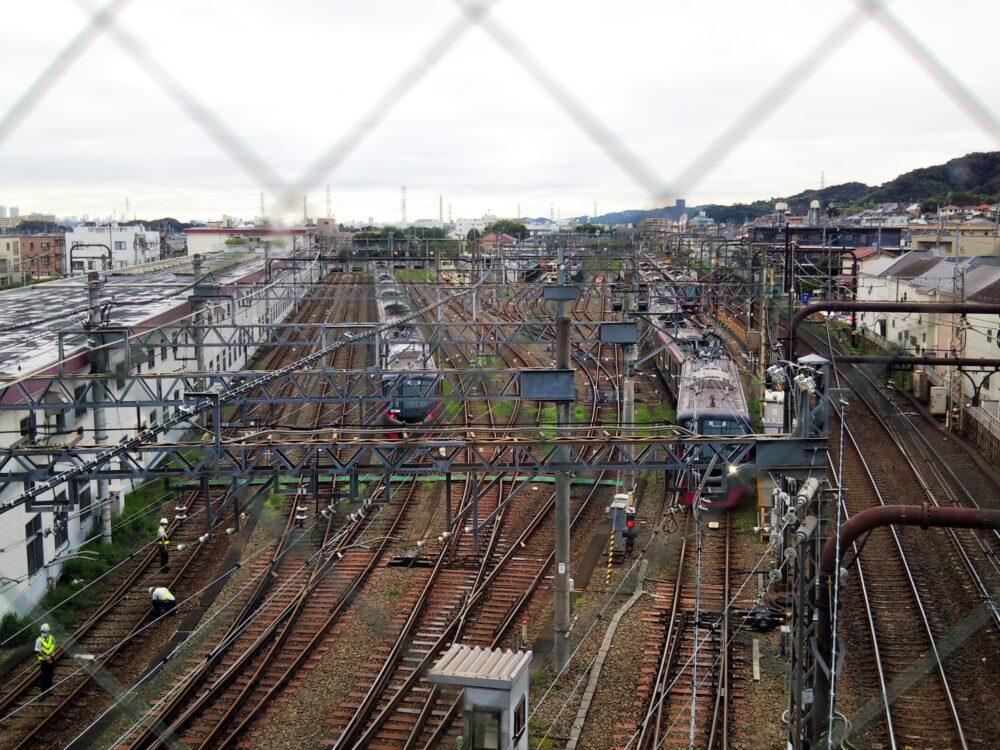 高幡不動駅で見える京王線の車両基地と京王ライナー