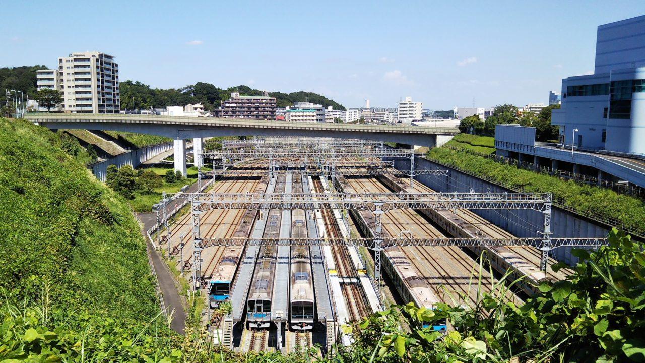 唐木田駅で見える小田急線の車両基地