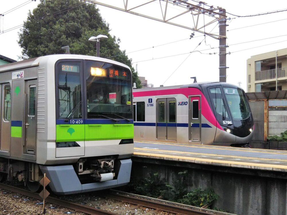 若葉台駅で見える京王ライナーと都営新宿線の電車