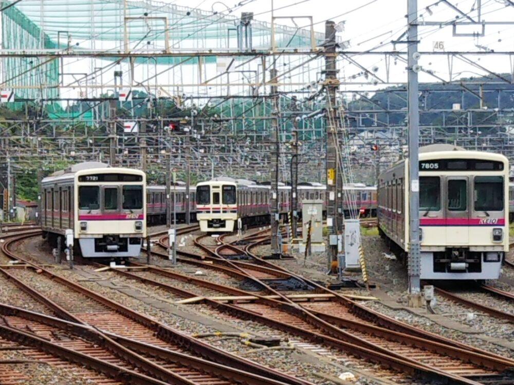 若葉台駅で見える京王線の車両基地