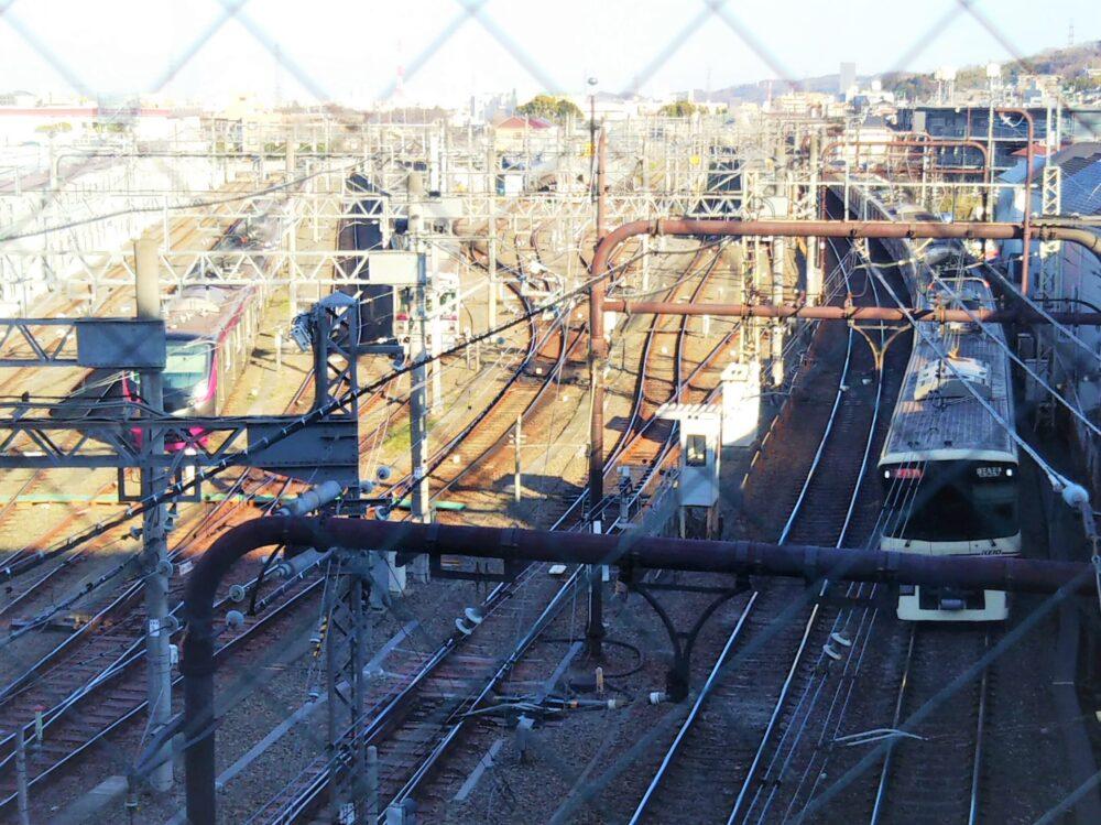 高幡不動検車区と新宿方面へ走る京王線の電車