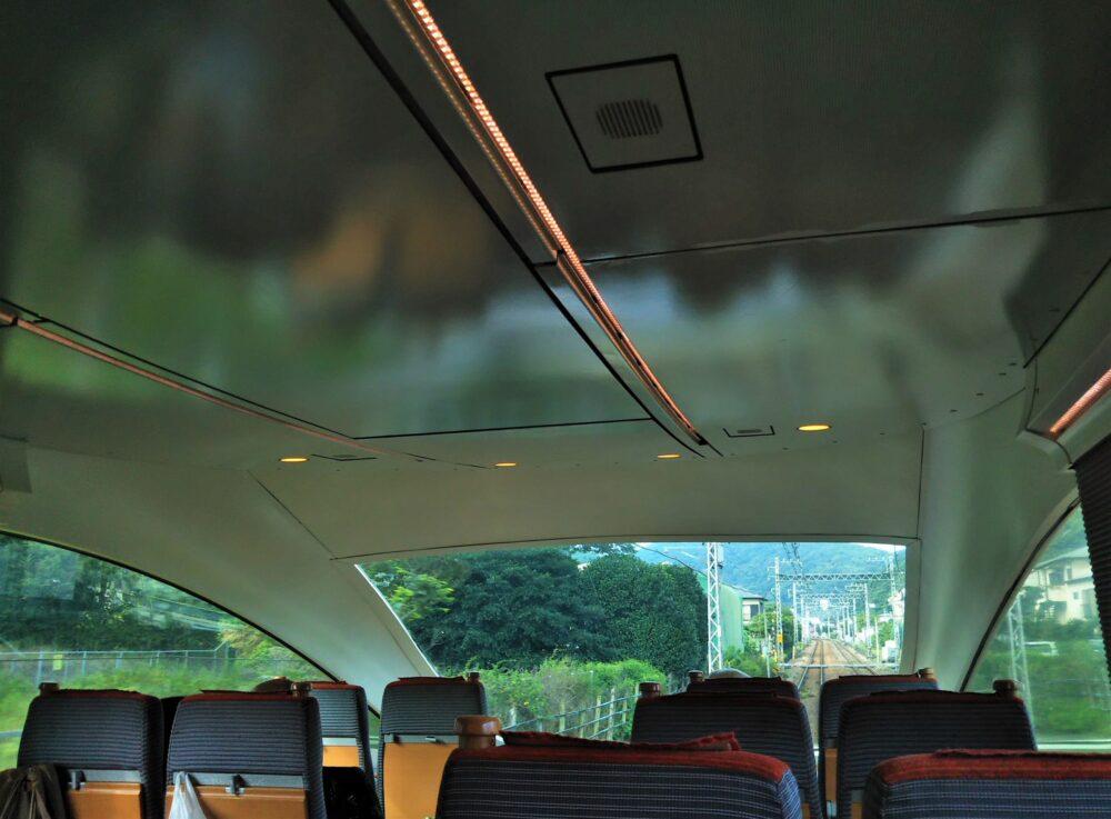 特急ロマンスカーVSEの展望席4列目9Aの座席から見える景色