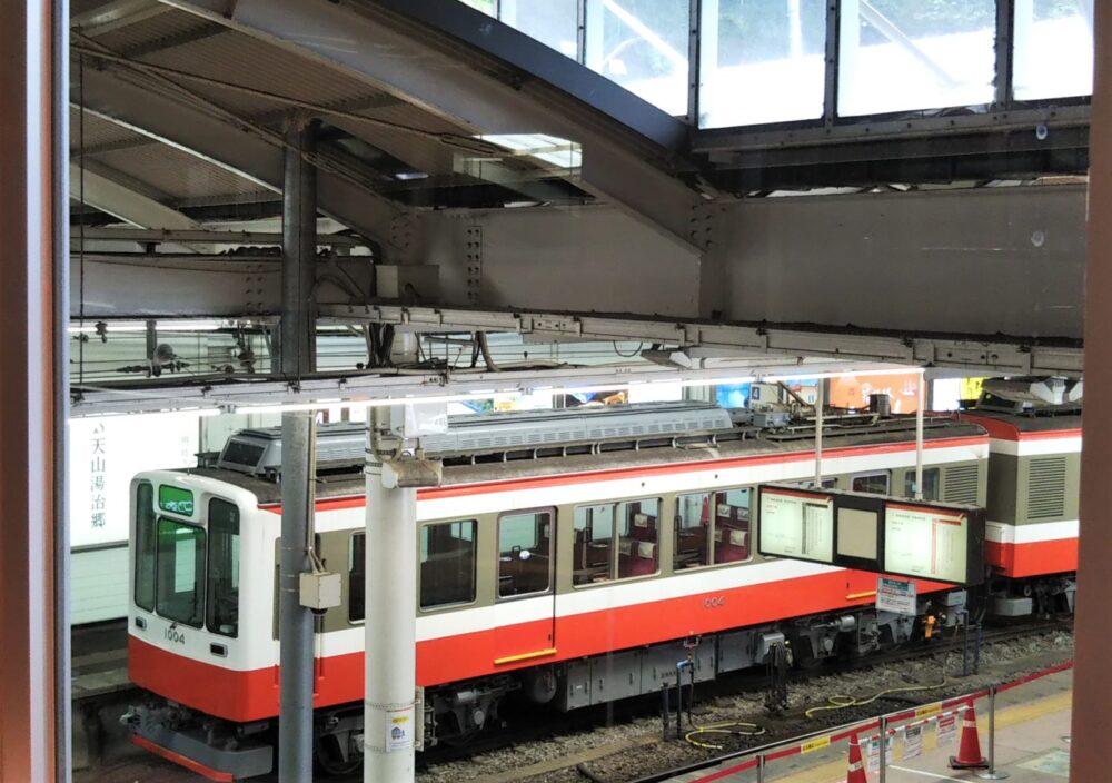 箱根湯本駅にある箱根カフェで見える箱根登山鉄道の電車