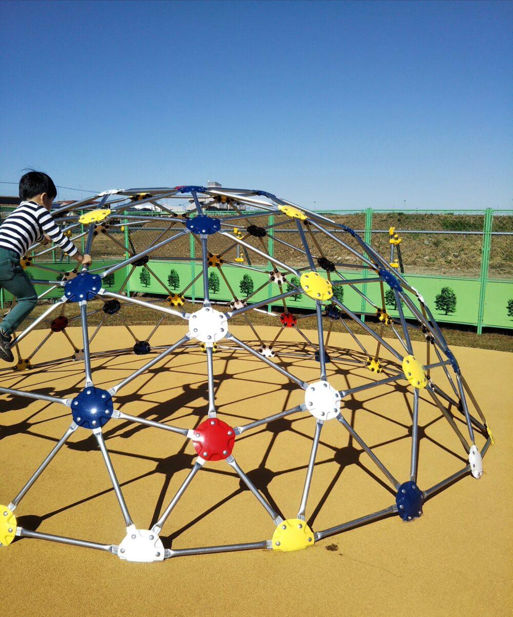 スポレク公園にある球状のクライミング遊具