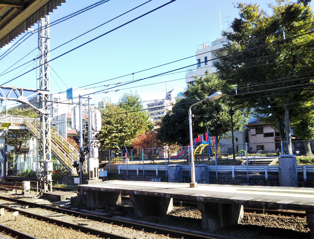 神奈川新町駅ホームから見える神奈川通東公園