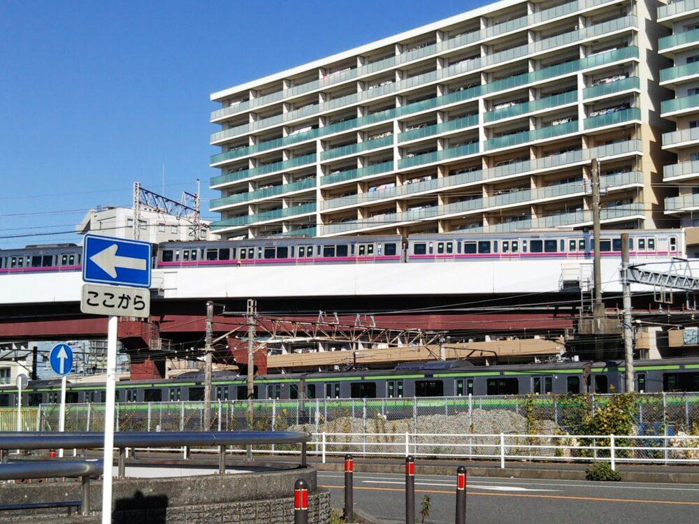 橋本駅にあるアリオから見える京王線とJR横浜線の電車