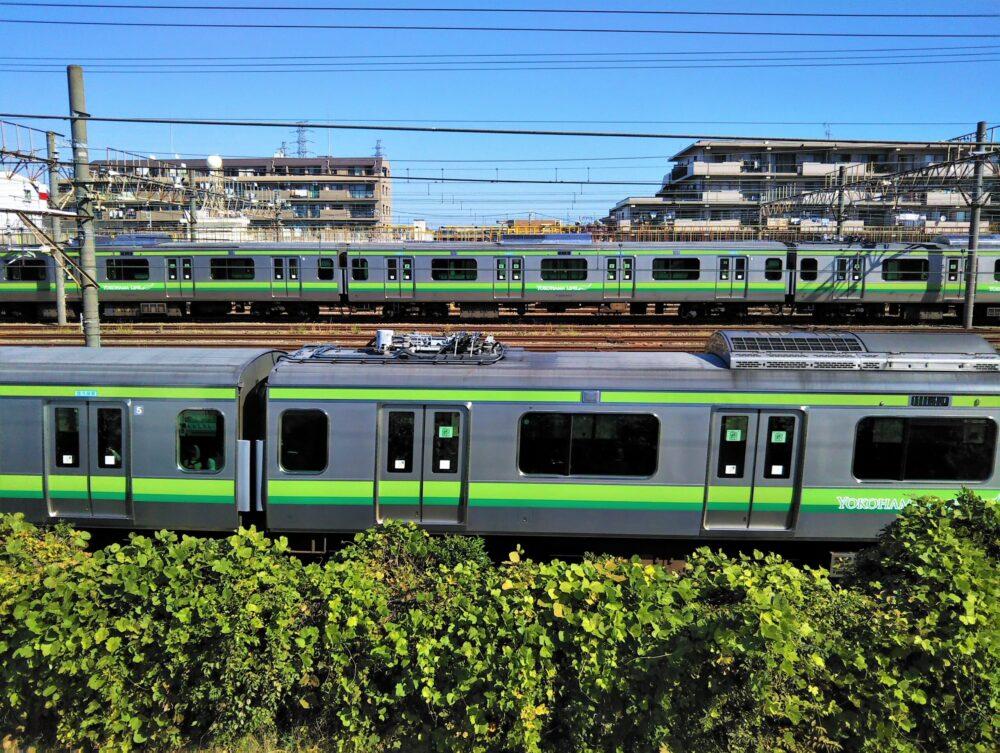 小山公園前跨線橋から見える横浜線の電車と車両基地