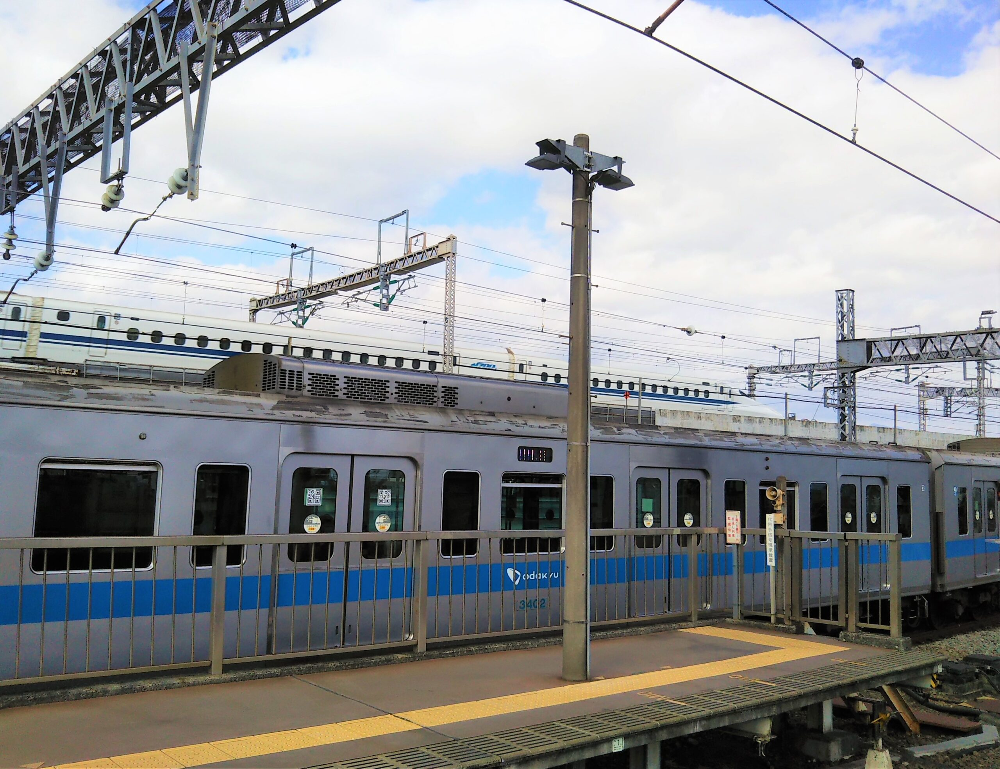 小田原駅で見える小田急線と新幹線の車両