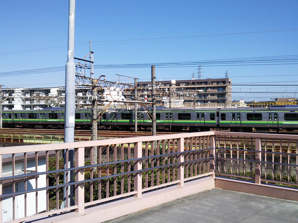 跨線橋から見える横浜線の車両基地