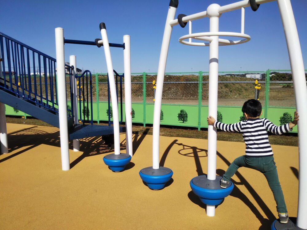 スポレク公園にある棒状の渡り遊具