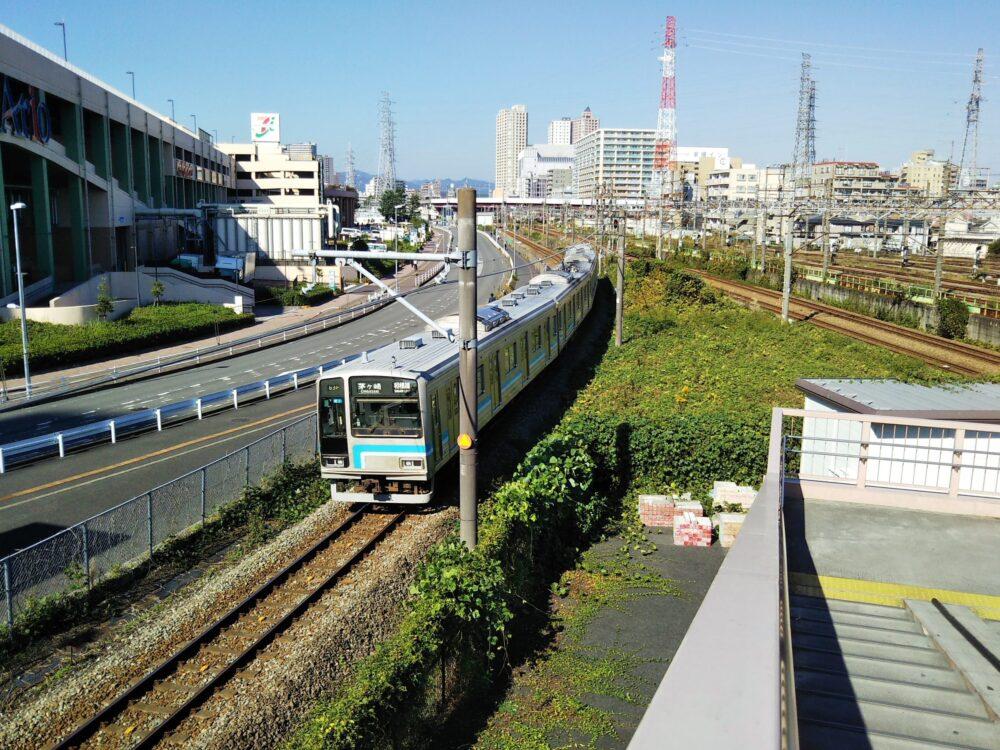 跨線橋から見える相模線の電車