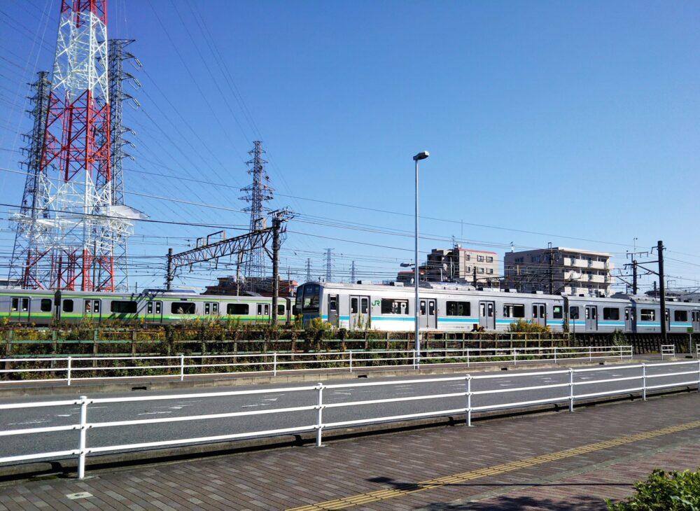 橋本駅にあるアリオから見えるJR相模線とJR横浜線の電車