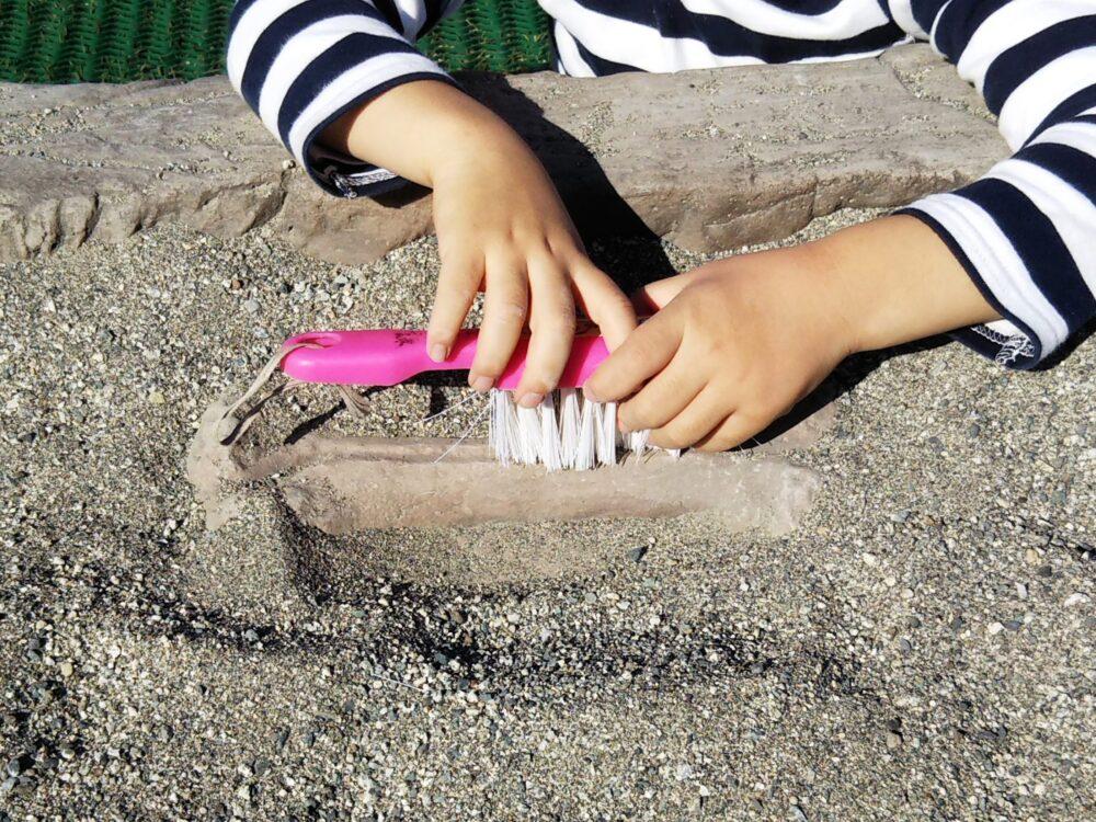 スポレク公園の砂場でできる発掘体験(砂をかきわける)