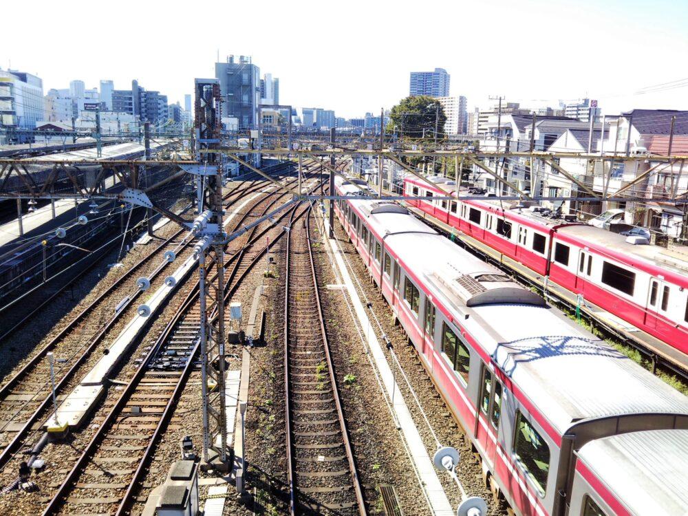 神奈川新町駅の跨線橋から見える京急線の電車