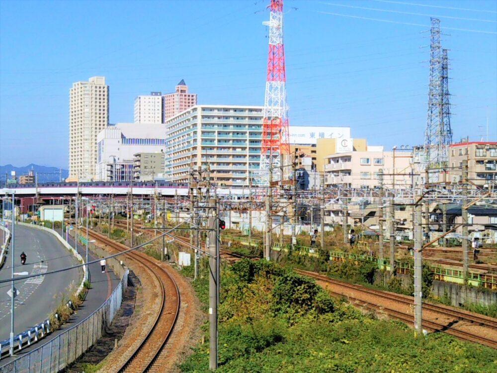 高架橋を走行中の京王線の電車