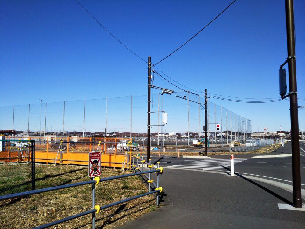 スポレク公園前の信号機と整備中のグラウンド