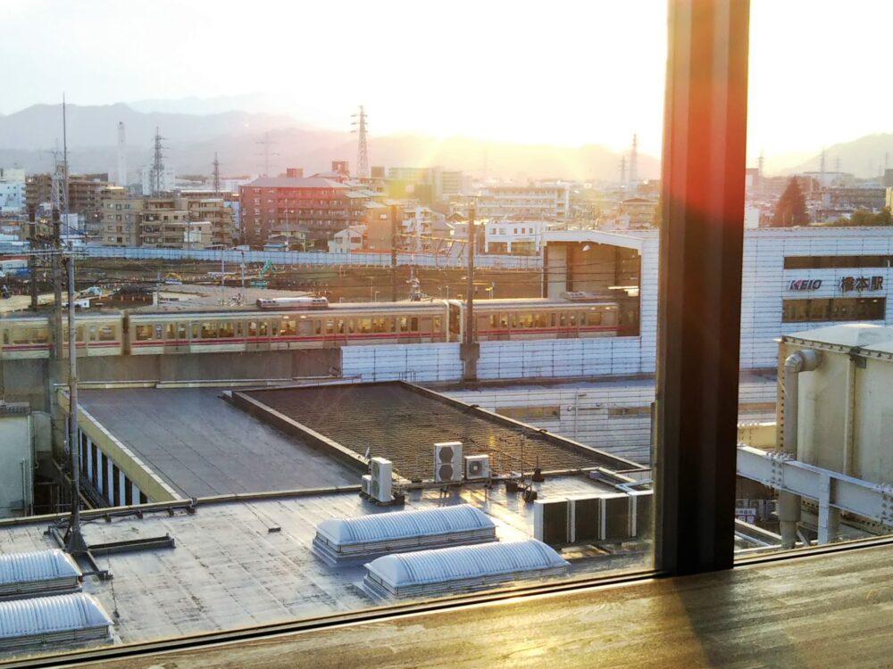 ミウィ5階のインナーガーデンから見える京王線の電車