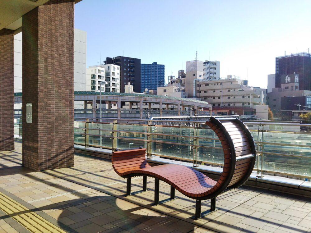 小田急線が見えるボーノ相模大野の2階広場にあるベンチ