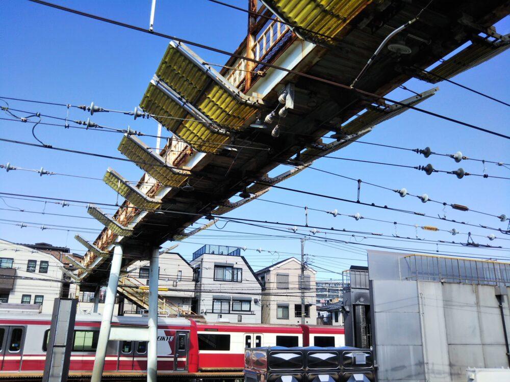 神奈川新町駅にある跨線橋は駅のホームからも見える