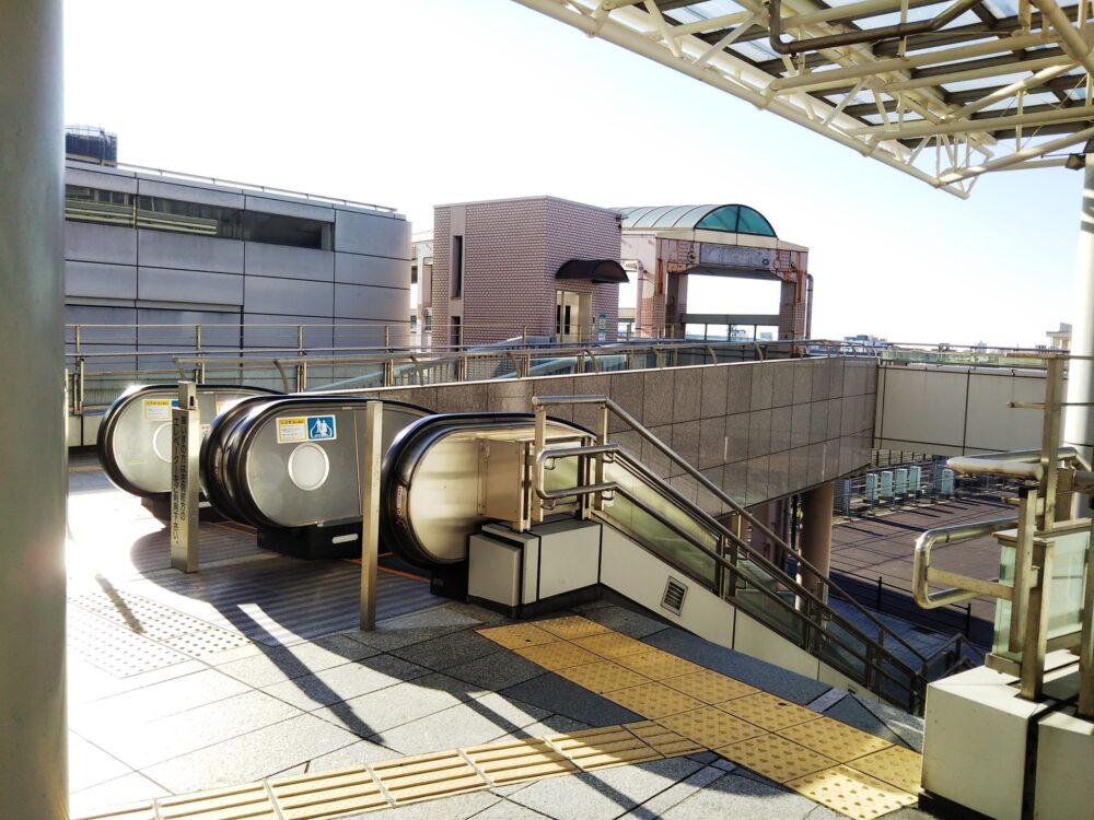 相模大野ステーションスクエアの静岡銀行周辺にあるエスカレーターと階段
