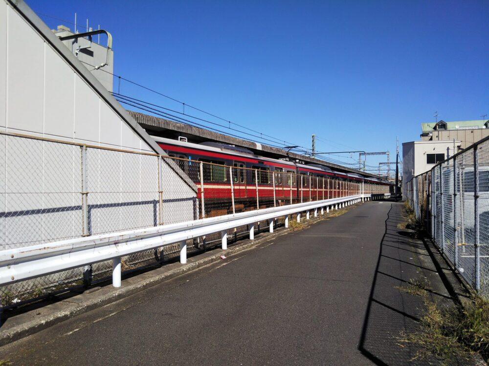 京急線沿いにある道路