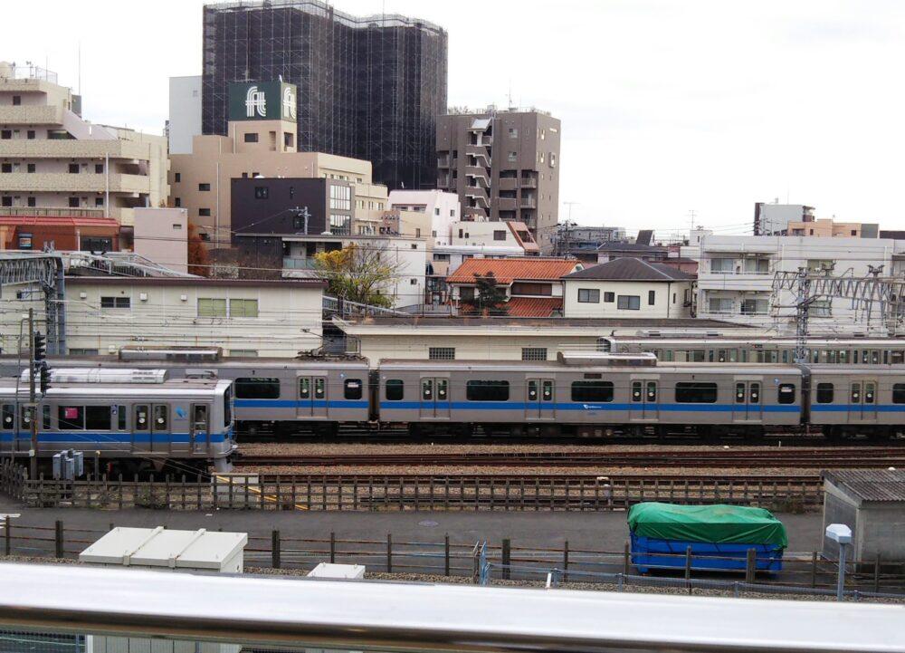小田急線の3つの電車が同時に並走