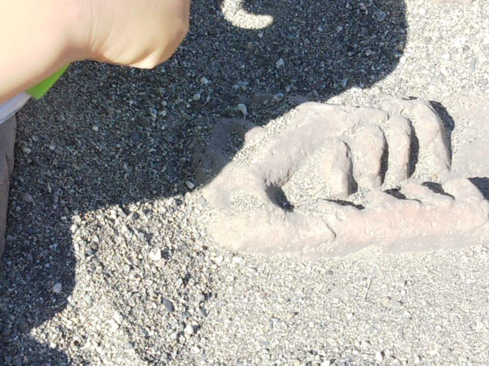 スポレク公園の砂場でできる発掘体験(恐竜の頭)