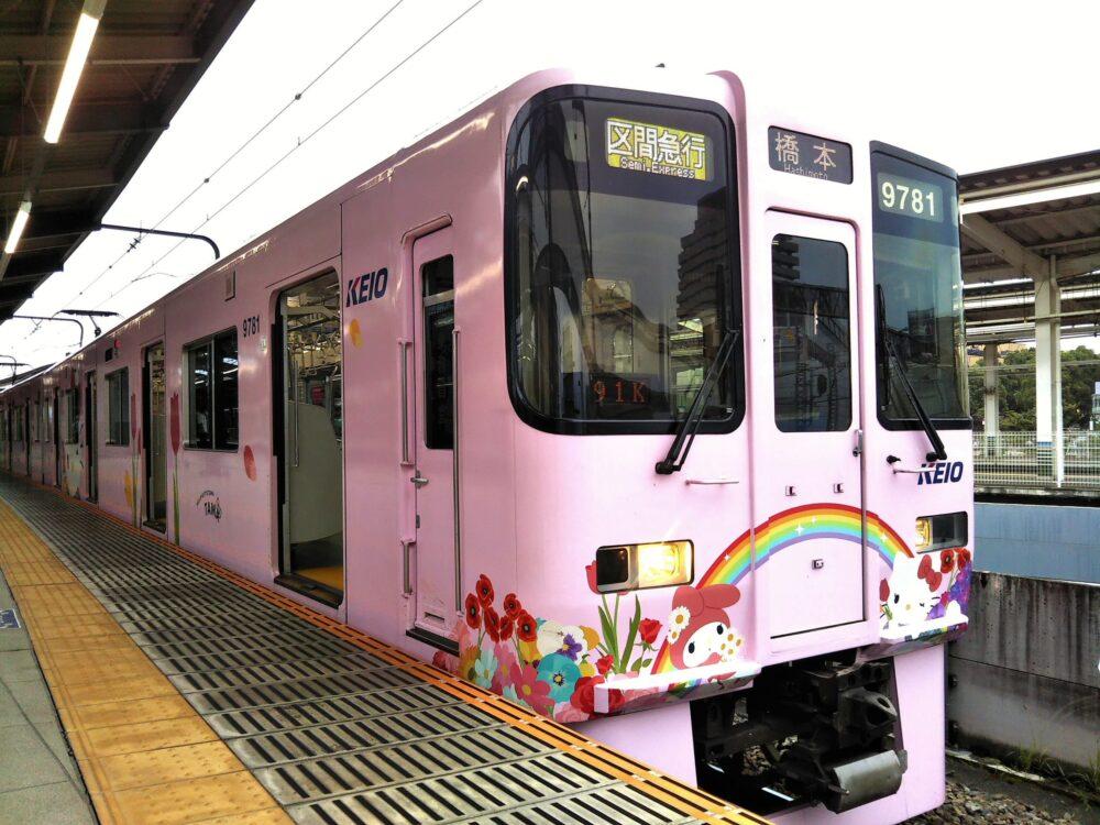 京王線のサンリオラッピング・キティちゃん電車