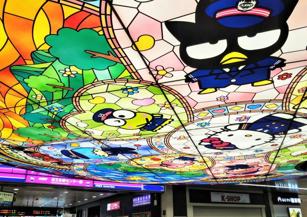 京王多摩センター駅の天井にあるサンリオ画