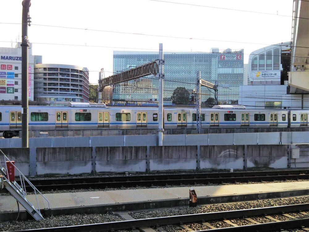 多摩モノレール駅を発車する小田急線