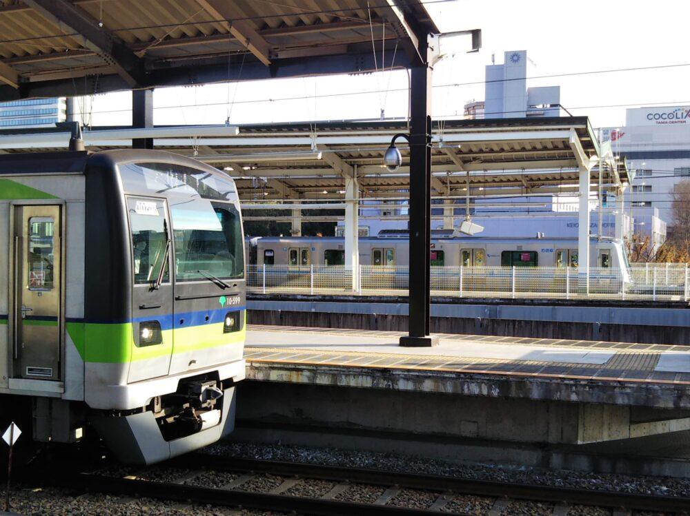 京王多摩センター駅で見える都営新宿線と小田急線の電車