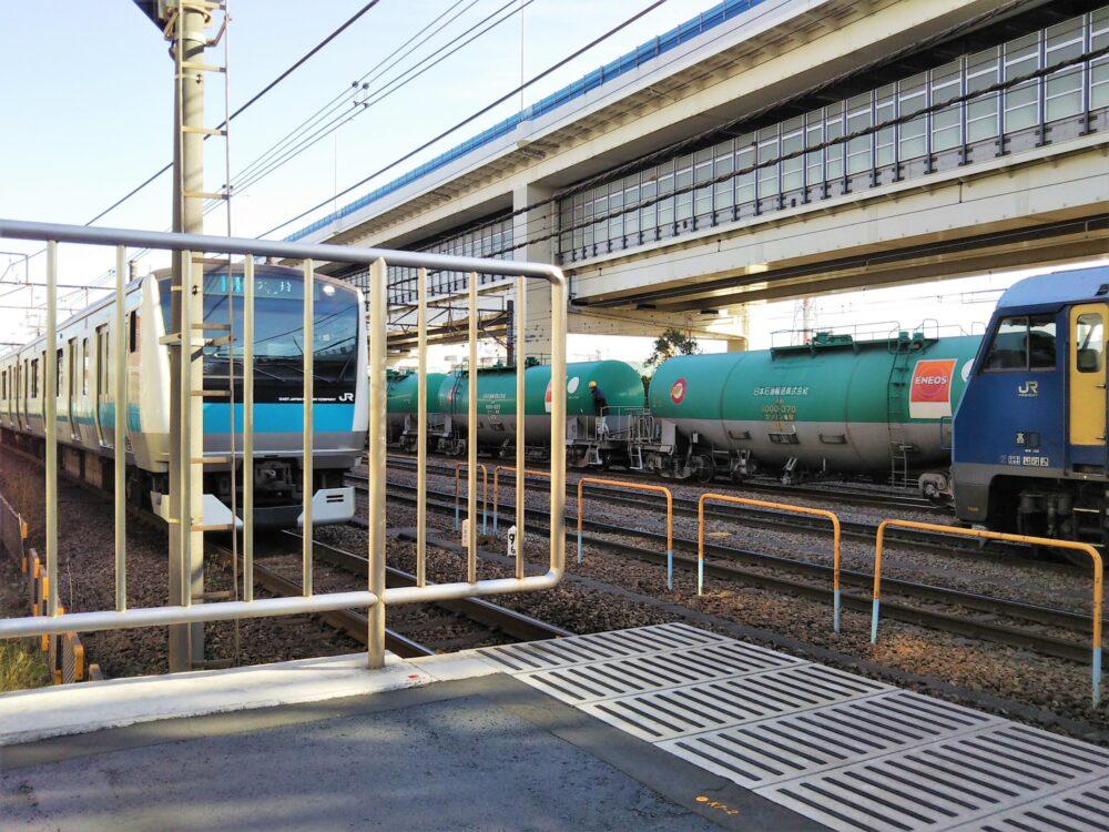 根岸駅ホームから見えるJR京浜東北・根岸線の電車と貨物列車やタンク車