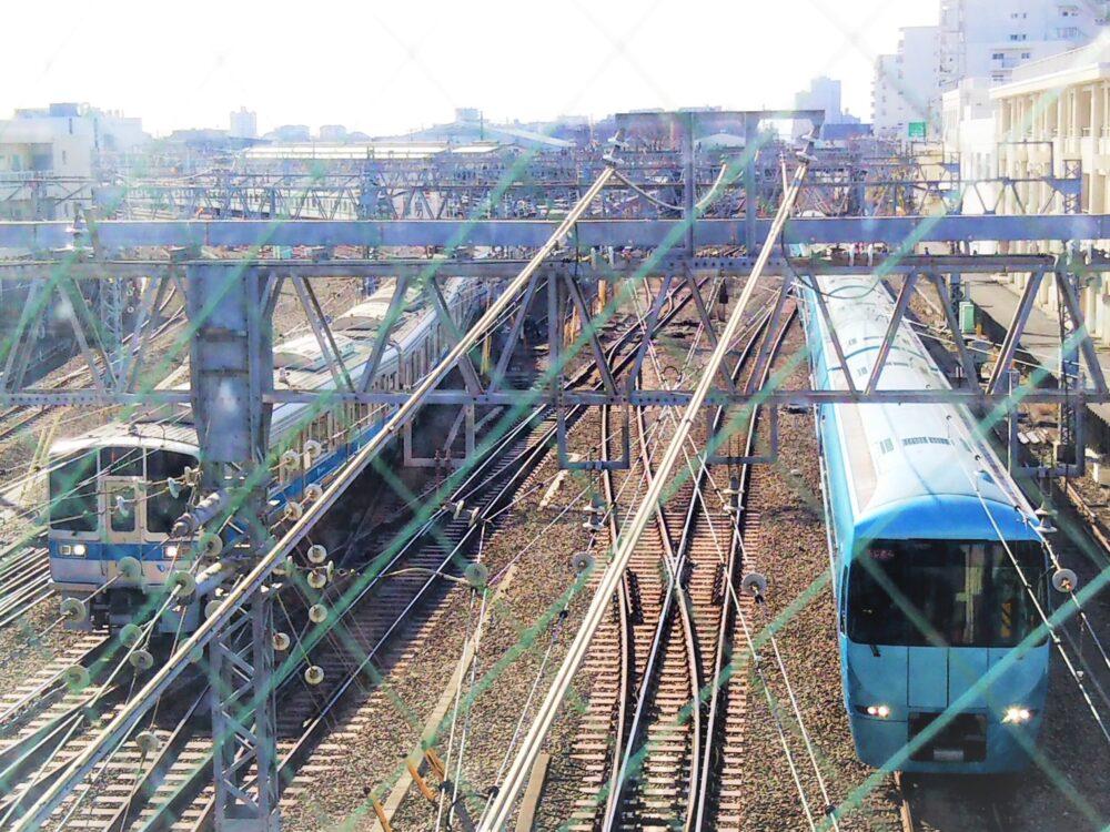 相模大野の跨線橋から見えるロマンスカーMSEと通勤電車