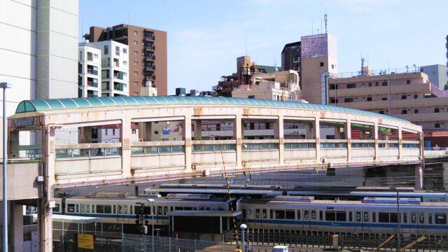 相模大野サンデッキ跨線橋と橋下を走行する小田急電車