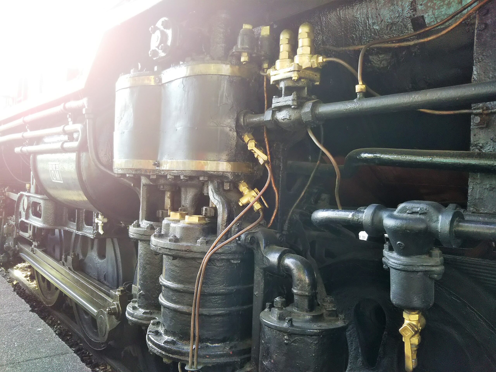 鹿沼公園にあるSL(蒸気機関車)のゴールドに塗られたボディパーツ